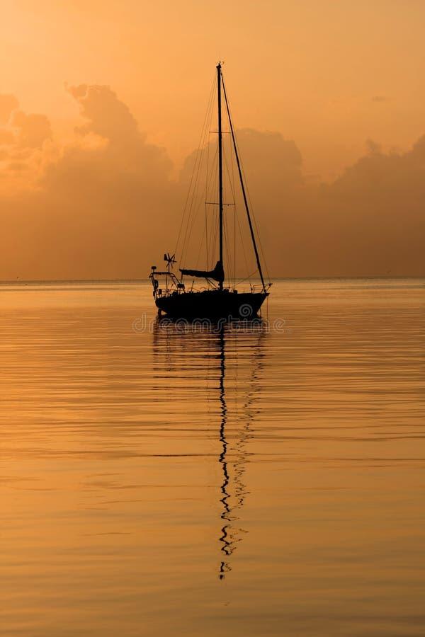 восход солнца парусника стоковая фотография rf