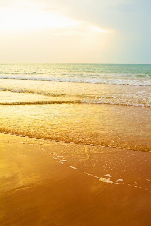 восход солнца пляжа - перемещение, seascape, каникулы и концепция летних отпусков стоковые изображения