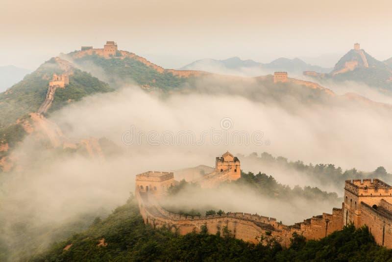 Восход солнца под высочеством Великой Китайской Стены стоковое фото