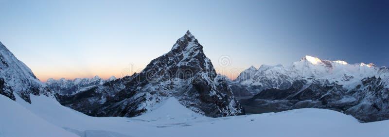 восход солнца саммита панорамы Гималаев Непала утесистый стоковое изображение