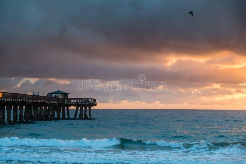 Восход солнца с дождем над океаном. стоковые изображения rf