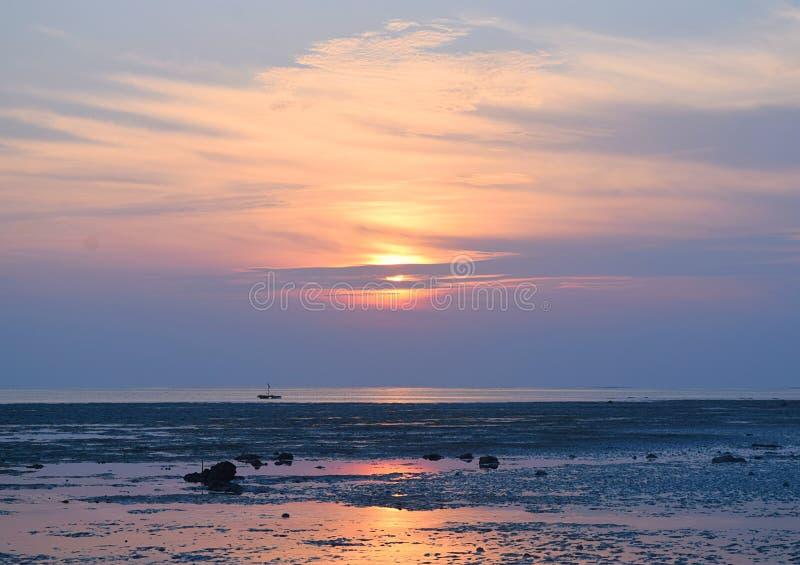 Восход солнца с золотым Солнцем за облаками и красочным небом - пляжем Vijaynagar, островом Havelock, Andaman, Индией стоковые фото