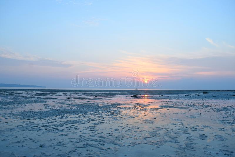 Восход солнца с золотым Солнцем и красочным небом над бесконечным горизонтом и океан - пляж Vijaynagar, остров Havelock, Andaman, стоковое фото rf