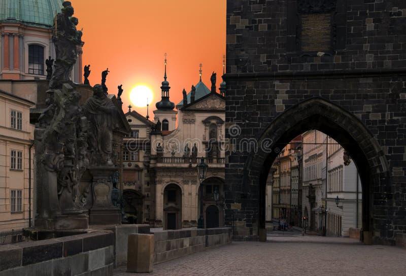 восход солнца charles prague моста стоковые фотографии rf