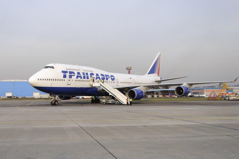 Восхождение на борт Боинга 747 Transaero ждать стоковое изображение rf