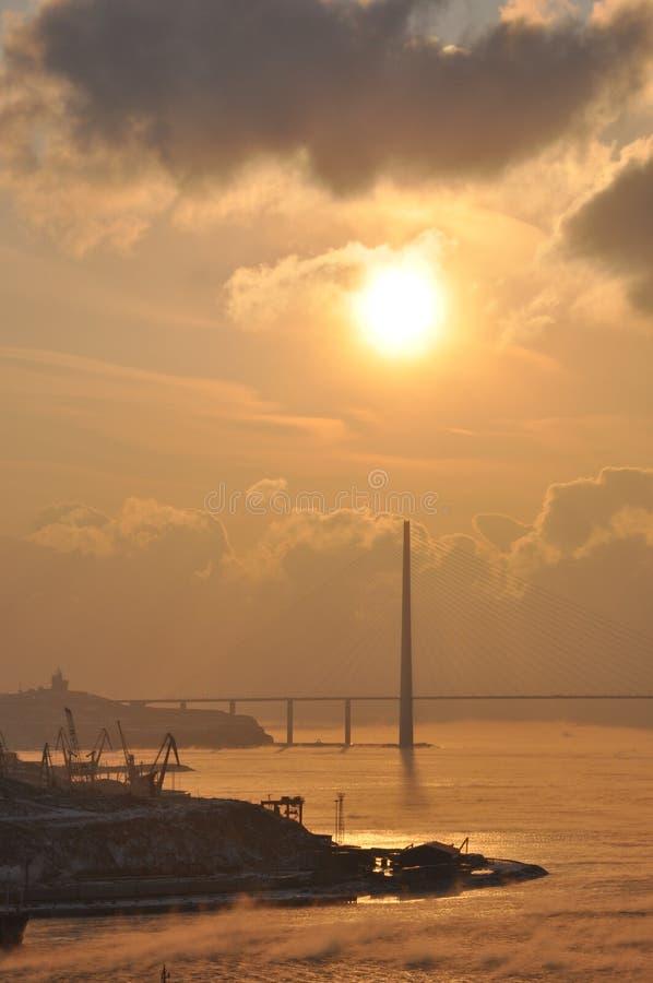 Восход солнца в Владивостоке - заливе золотого моста ussuriyskiy стоковые изображения