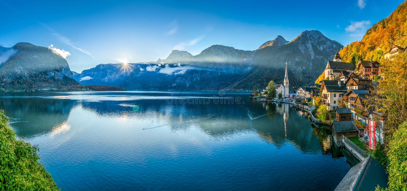 Восход солнца в горном селе Hallstatt с Hallstatter видит в падении, Австрии стоковые изображения