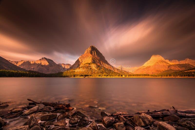 Восход солнца в национальном парке ледника стоковое фото rf