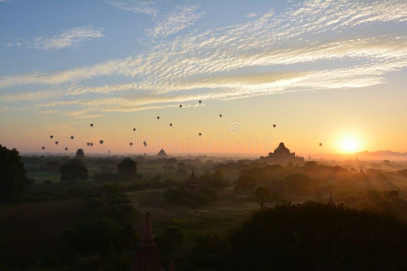 Восход солнца в Bagan, на пагоде Shwesandaw стоковые изображения rf