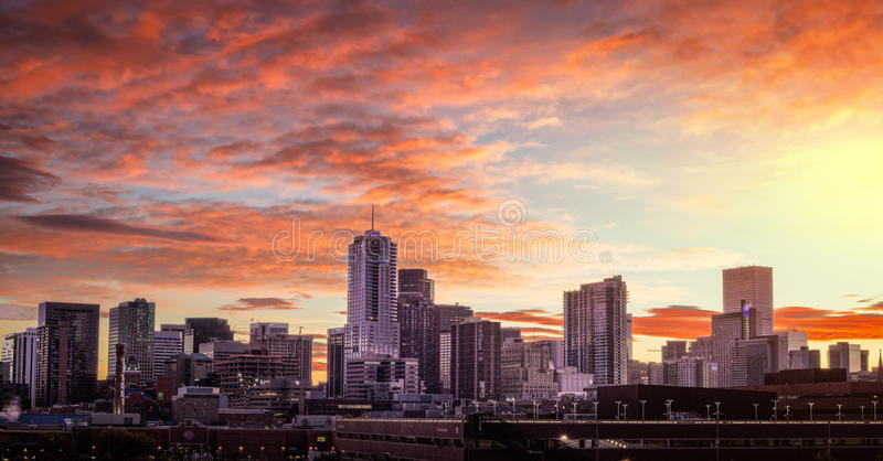 Восход солнца горизонта города Денвера Колорадо стоковые изображения