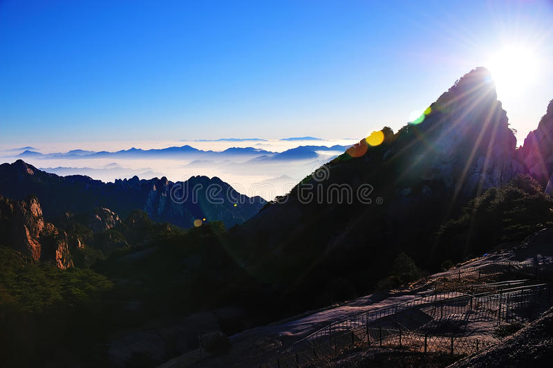 Восход солнца горы Huangshan (желтый) стоковые изображения rf