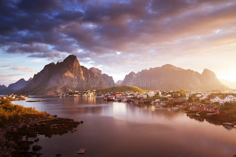 Восход солнца лета, деревня Reine, острова Lofoten стоковое изображение