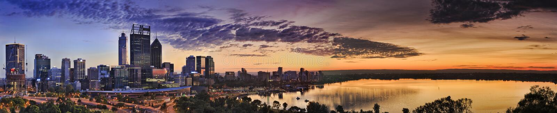 Восход солнца желтого цвета реки парка CBD Перта стоковые изображения rf