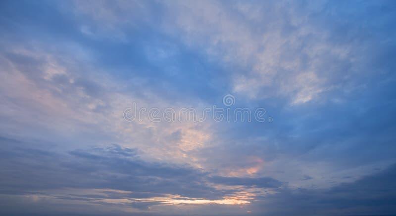Восход солнца - заход солнца и облачное небо - предпосылка стоковое изображение