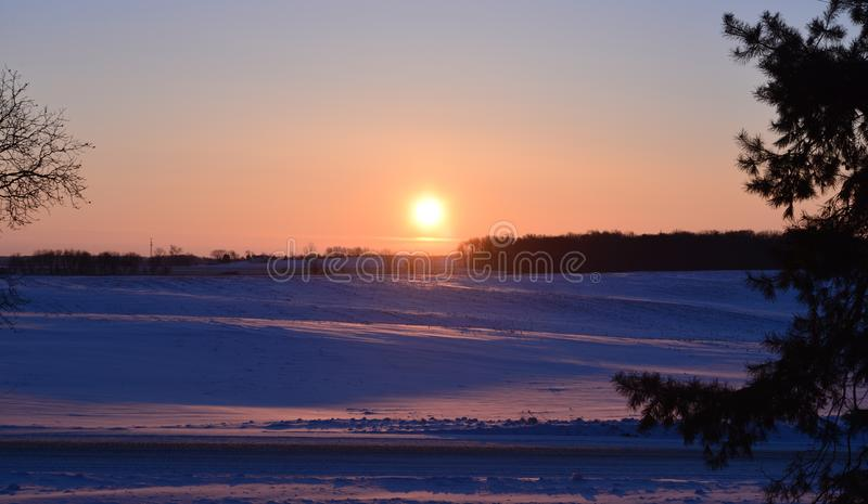 Восход солнца зимы над полем стоковая фотография rf