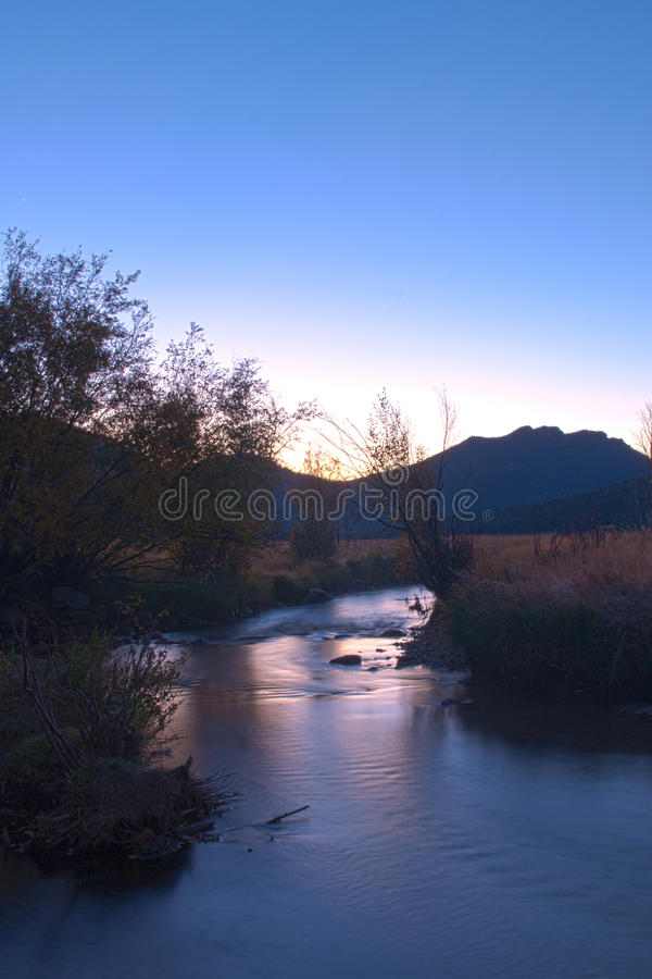 Восход солнца и поток горы стоковая фотография