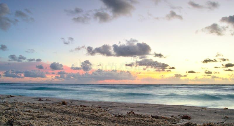 Восход солнца и шелковистые волны стоковая фотография rf