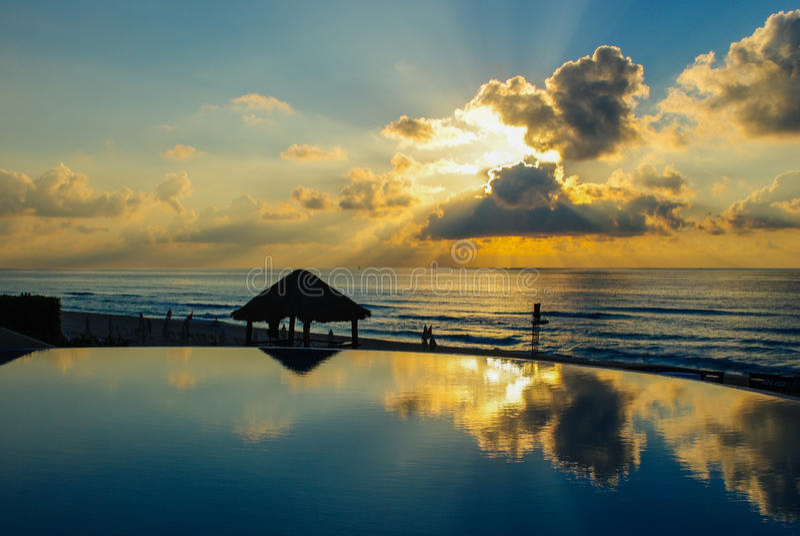 Восход солнца курорта океана стоковое изображение rf