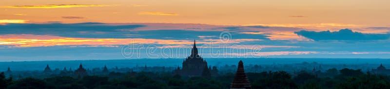 Восход солнца над висками Bagan, Мьянма стоковые фотографии rf