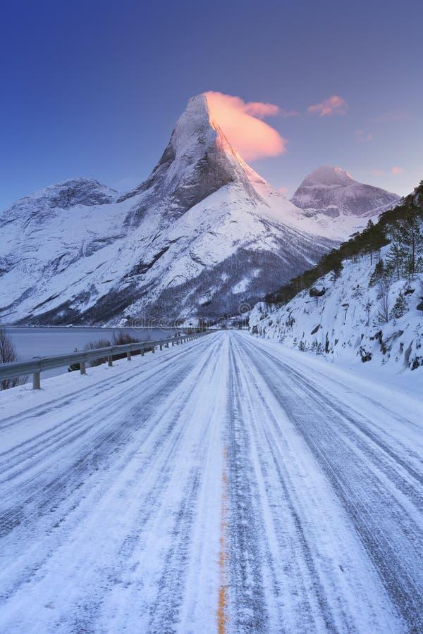 Восход солнца на горе Stetind в Норвегии в зиме стоковая фотография rf