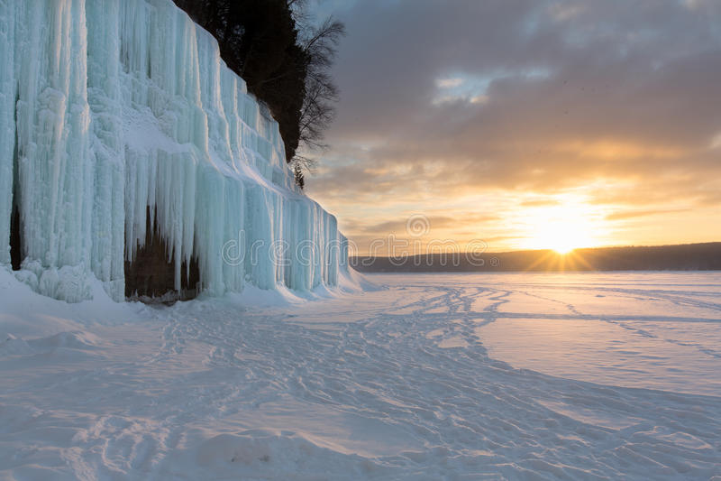 Восход солнца на грандиозных занавесах льда острова - Lake Superior стоковое фото rf