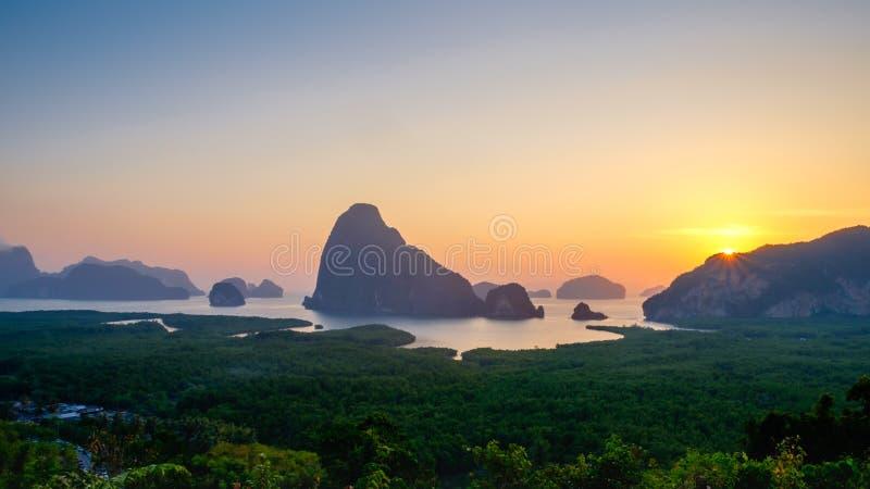 Восход солнца на на Samet Nangshe, точке зрения Phangnga новой стоковая фотография rf