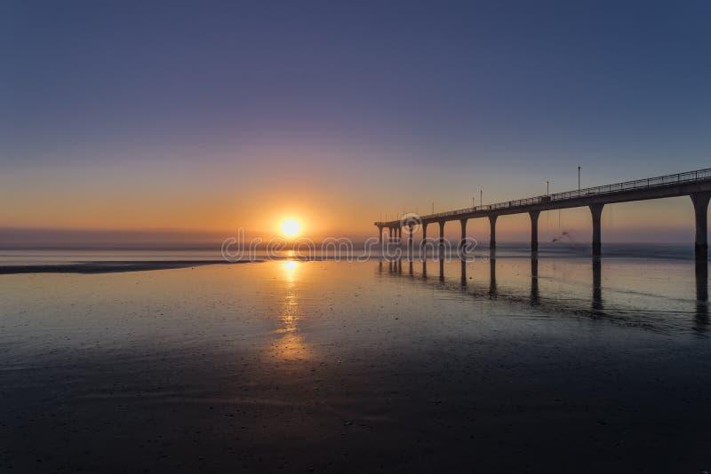 Восход солнца на новом Брайтоне в Крайстчёрче, Новой Зеландии стоковые изображения