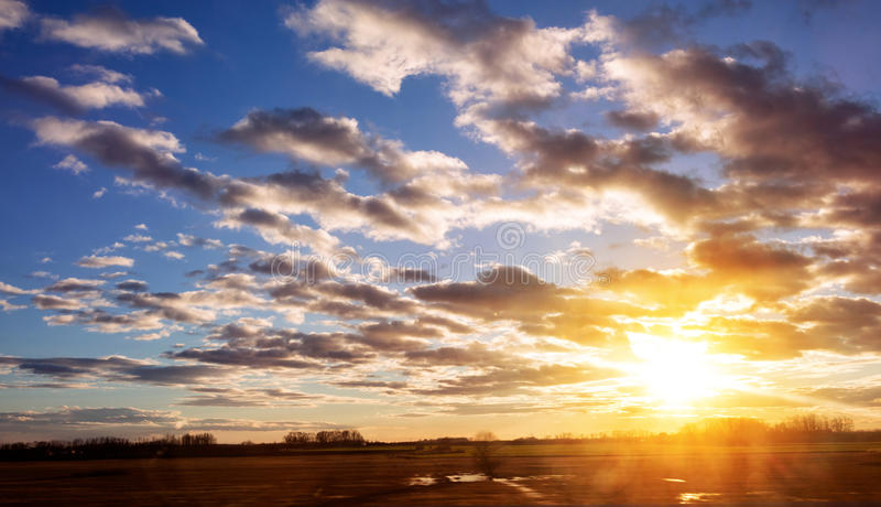 Восход солнца на облачном небе стоковое изображение rf