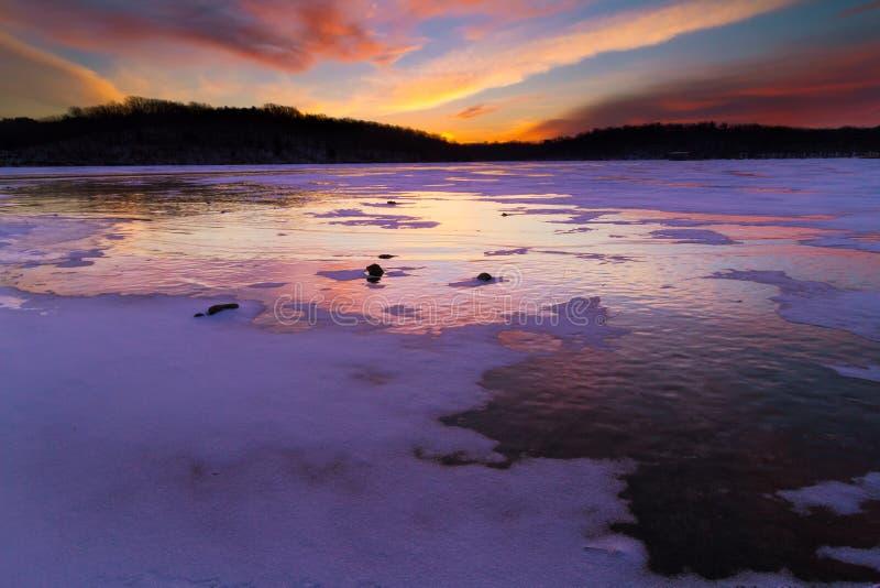 Восход солнца на озере Jacomo во время зимы стоковые изображения