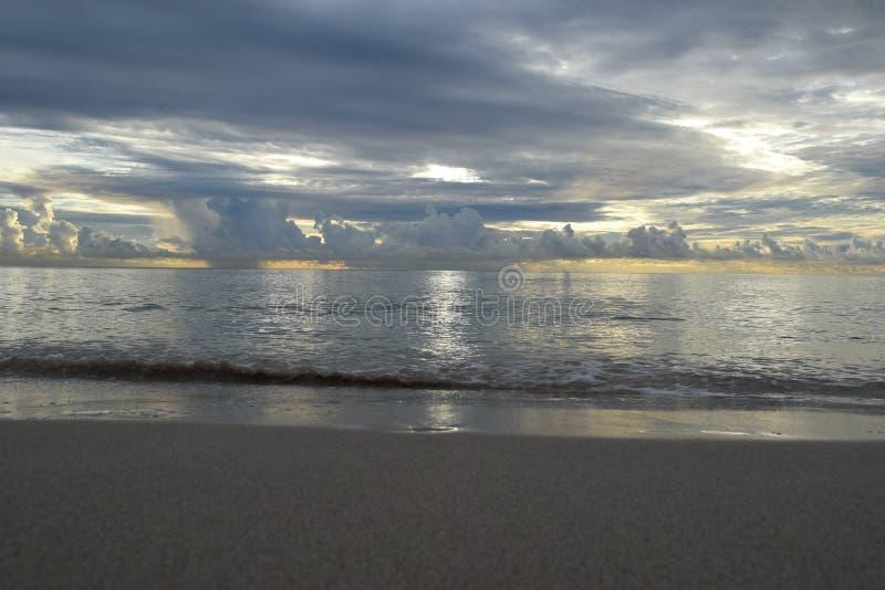 Восход солнца над океаном в Флориде стоковые изображения rf