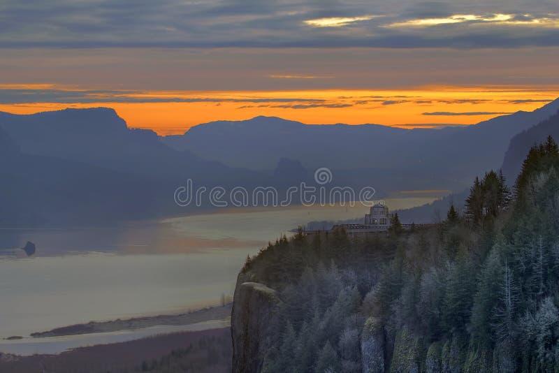 Восход солнца над пунктом кроны стоковое изображение