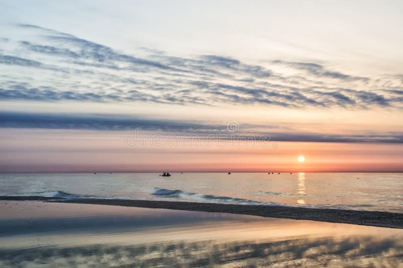 Восход солнца на пляже, рыболовах, солнечном пути стоковые фотографии rf