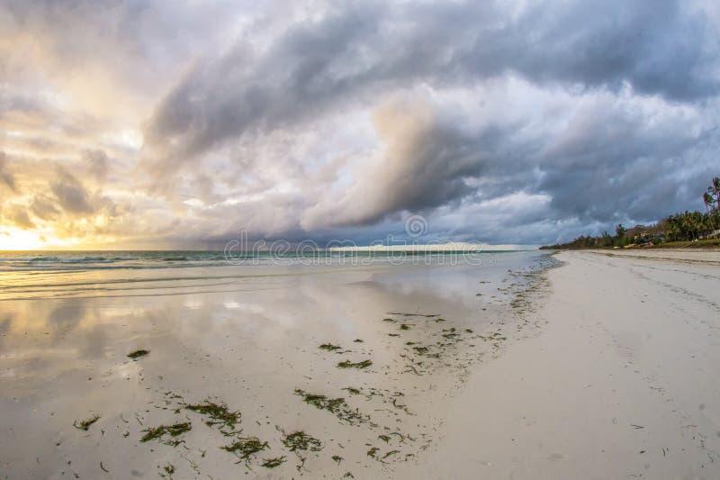 Восход солнца на пляже Diani стоковые изображения