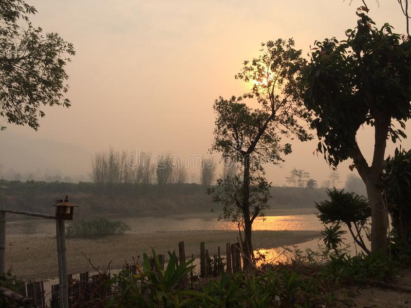 Восход солнца на реке Kok, Чиангмае, Таиланде стоковое фото rf