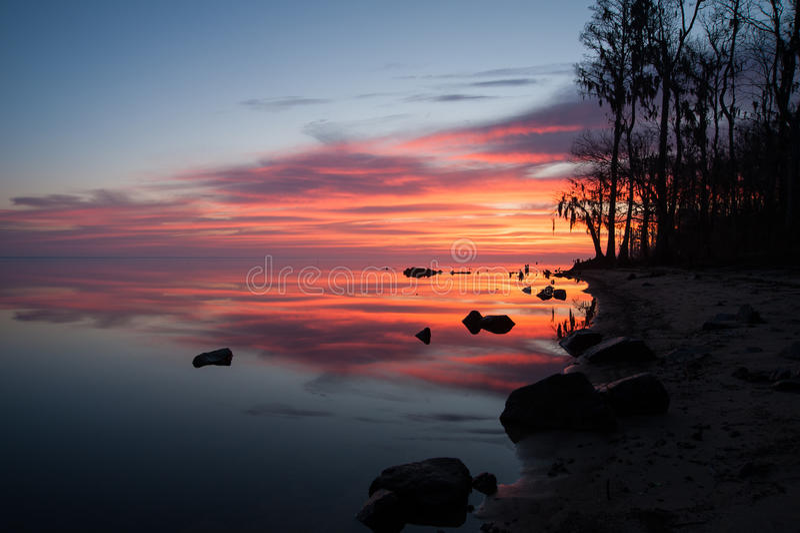 Восход солнца над рекой около берега стоковые изображения