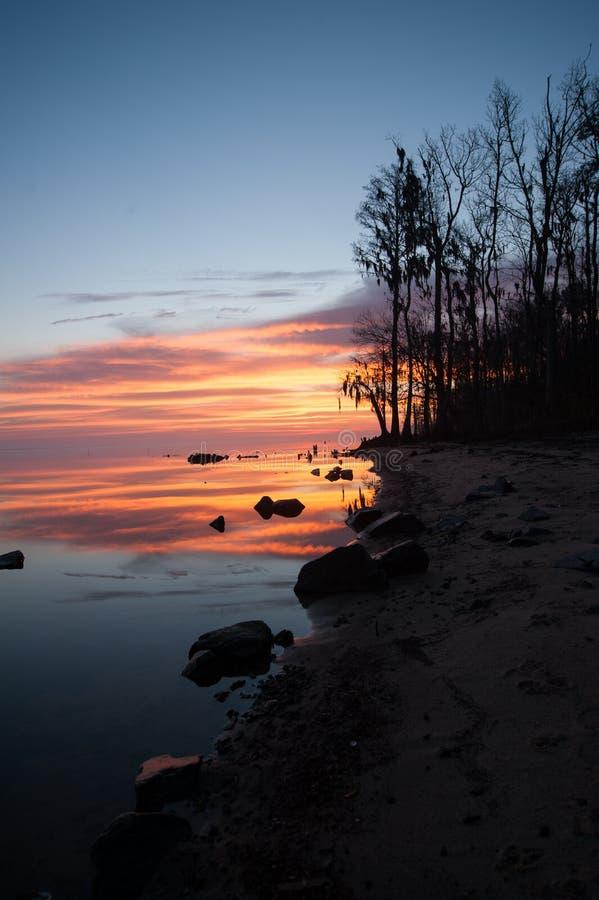 Восход солнца над рекой около берега стоковые фотографии rf