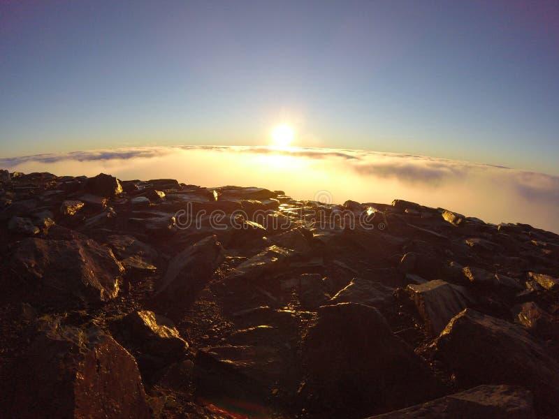 Восход солнца на саммите держателя Snowdon стоковое фото rf