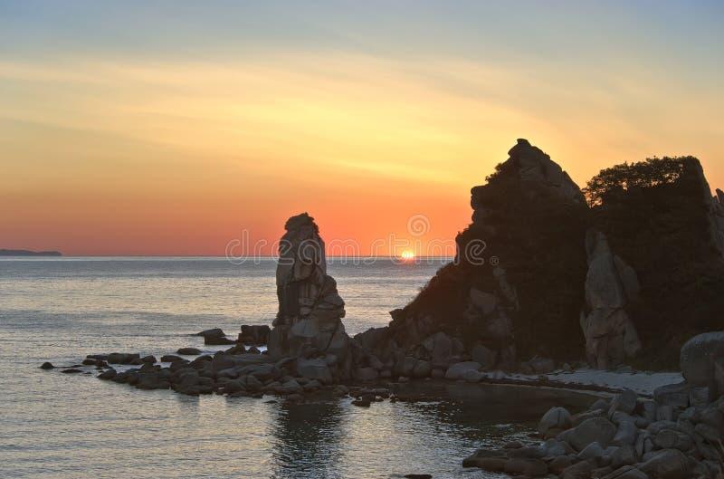 Восход солнца на скалистом seashore стоковые изображения rf