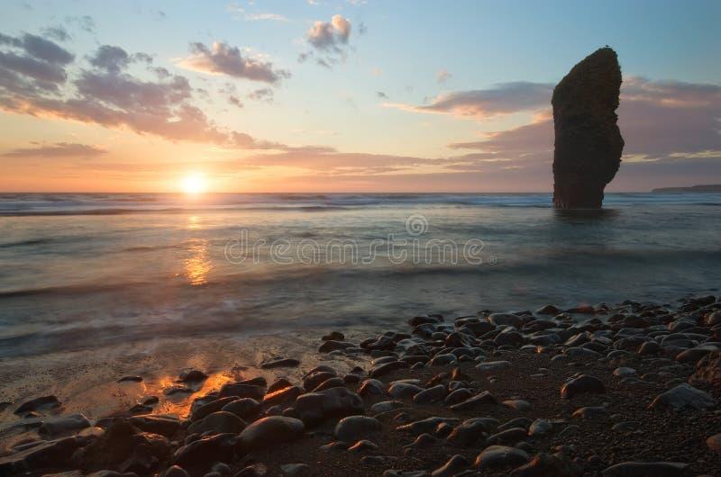 Восход солнца на скалистом seashore стоковые фотографии rf