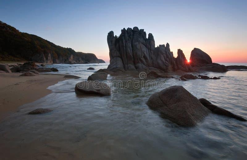 Восход солнца на скалистом seashore стоковые изображения