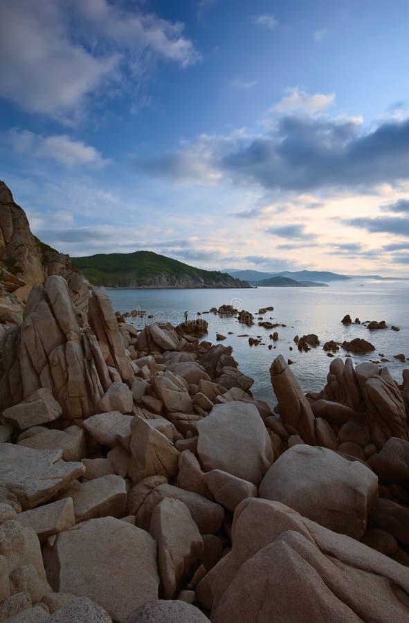 Восход солнца на скалистом seashore стоковые фото