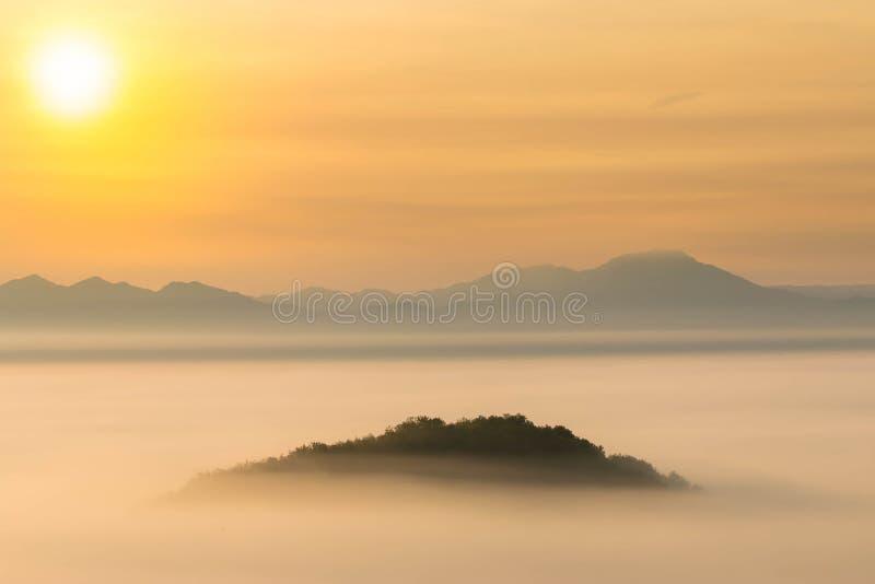 Восход солнца на туманной горе стоковые изображения rf