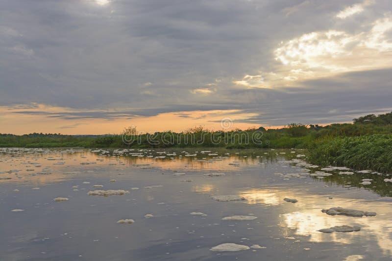 Восход солнца на удаленном реке стоковая фотография