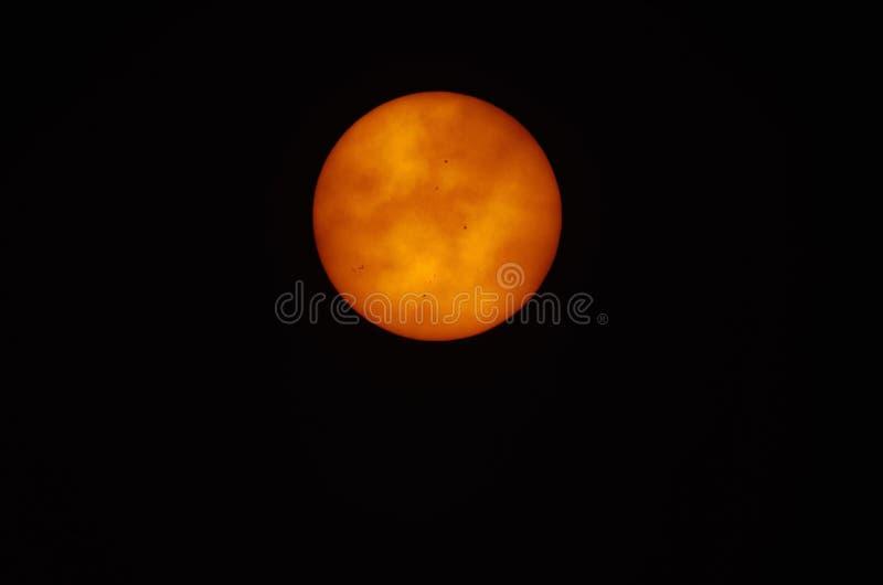 Восход солнца показывая пятна на Солнце видимые на поверхности стоковая фотография