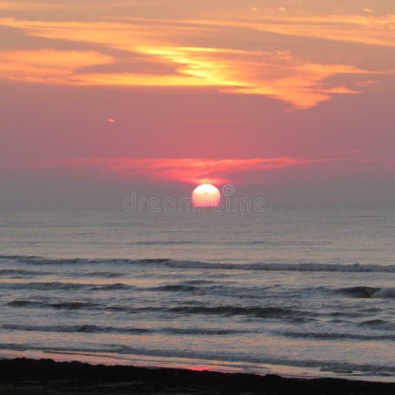 Восход солнца пляжа в октябре стоковые изображения rf