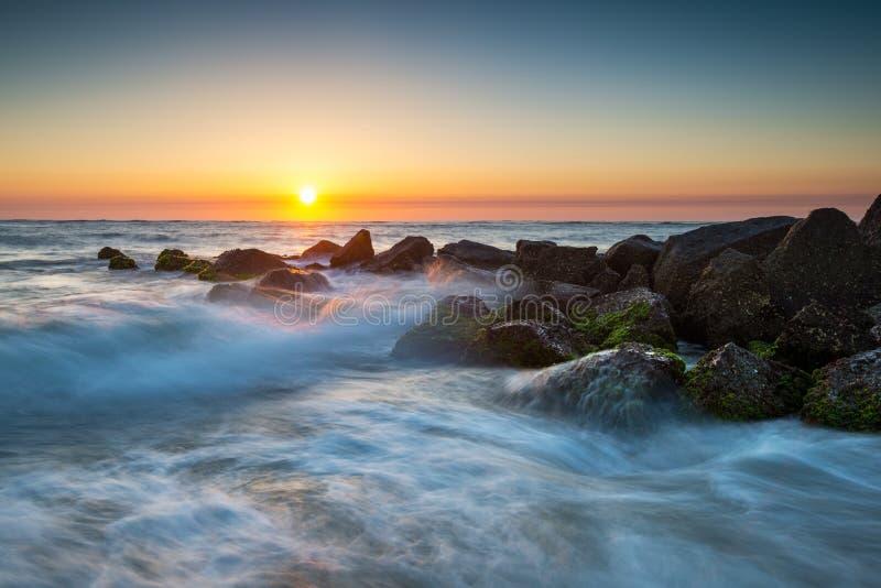 Восход солнца пляжа океана Августина Блаженного Флориды с разбивая волнами стоковое изображение