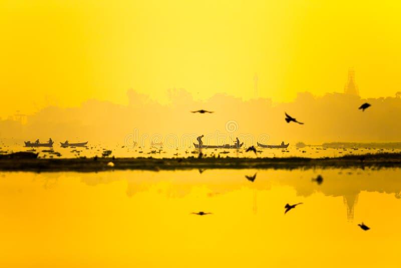 Восход солнца с рыболовами на озере Taungthaman в Amarapura, мандале стоковое фото rf