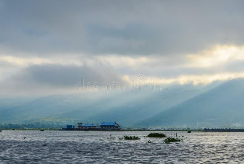 Восход солнца с туманом над озером стоковая фотография rf