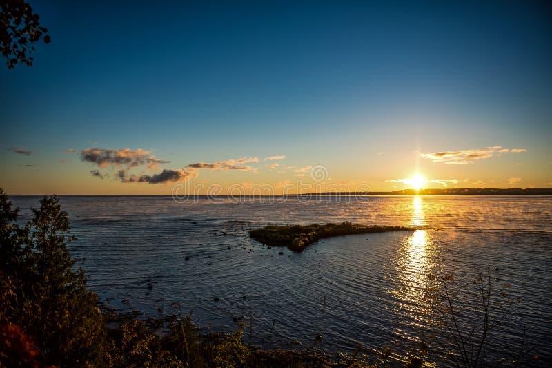 Восход солнца утра над заливом грузина стоковая фотография
