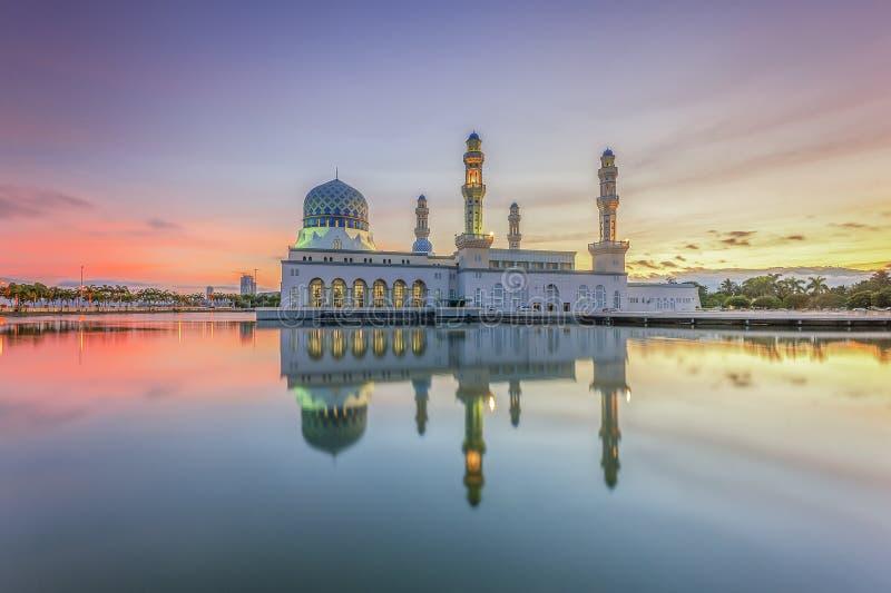 Восход солнца Bbeautiful на мечети Сабахе Борнео города Kota Kinabalu, Малайзии стоковое изображение